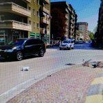 Ciclista centrata sulla rotonda da un'auto a Monfalcone: è grave