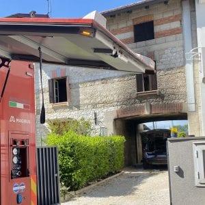 A fuoco l'auto sotto il portico di casa, allarme a Branco