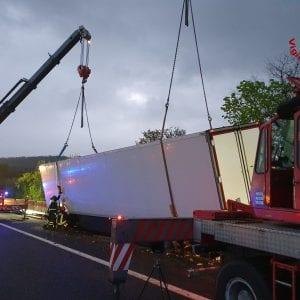 Camion sbanda e resta sospeso sul muro, paura sul raccordo autostradale in Fvg