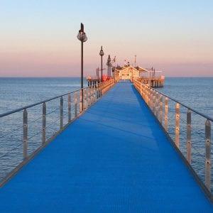 Sulla passerella a piedi nudi sopra il mare, il nuovo look del pontile di Lignano Pineta
