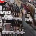 Fa scorta di alcolici nel supermercato di Majano, ma non li paga: ladro acciuffato