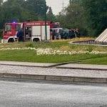 Scontro all'ingresso di Lignano, auto si ribalta sulla rotonda: conducente ferito