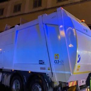 Precipita in un compattatore di rifiuti, salvato dai vigili del fuoco a Trieste