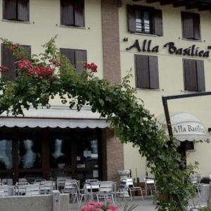 Fiamme nell'hotel del Giro d'Italia, lo staff spegne l'incendio nella veranda