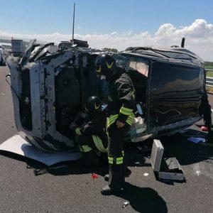 Auto si capotta in autostrada a Palmanova, conducente ferito: arriva l'elisoccorso