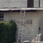 Fa un volo di 5 metri mentre lavora in una casa a Ruda, si frattura le gambe