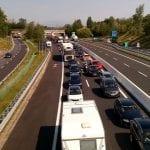 Turisti dall'Austria, camion e lavori: traffico in tilt e code in autostrada