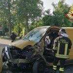Va a sbattere col furgone su un albero a Codroipo, resta incastrato nel veicolo