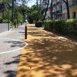 """La pista ciclabile si allarga, il malumore a Lignano Pineta: """"È diventata pericolosa"""""""
