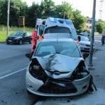 Perde il controllo dell'auto, si schianta contro un veicolo in sosta a Udine: ferito