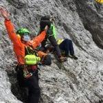 Cade in parete per alcuni metri in Val Pesarina, traumi vari per un alpinista