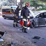 Perde il controllo dell'auto e si capotta a Manzano: due feriti all'alba