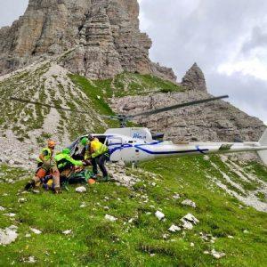 Si frattura la caviglia a 2.000 metri a Forni di Sopra, soccorsa con l'elicottero