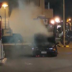 Auto a fuoco vicino al distributore, paura nella notte a Lignano