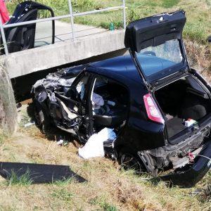 L'auto sbanda e finisce contro il ponte di cemento a Trivignano: due feriti gravi