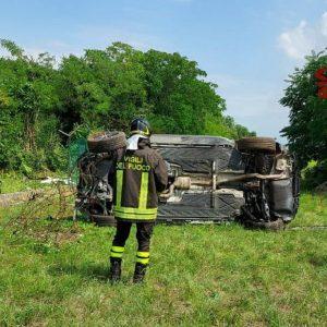 Perde il controllo dell'auto e sfonda la recinzione della base a Rivolto: soccorso