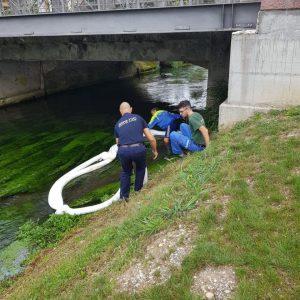 Una perdita di idrocarburi sul fiume Corno, stese le salsicce oleoassorbenti