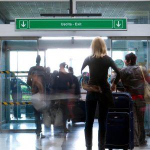 Chiede il green pass, addetta dell'aeroporto afferrata per il collo e scaraventata a terra