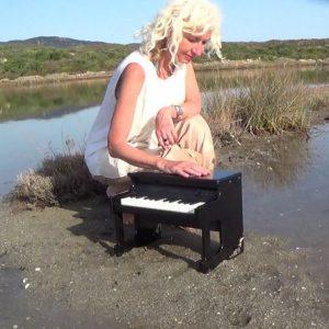 A Gradisca d'Isonzo la pianista Alessandra Celletti saluta l'alba con un concerto