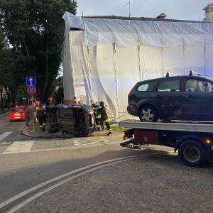 Percorre la via in contromano a Udine, si schianta con un'auto e finisce di fianco
