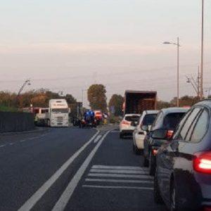Camion perde il carico sulla rotonda di Basiliano, traffico in tilt e disagi