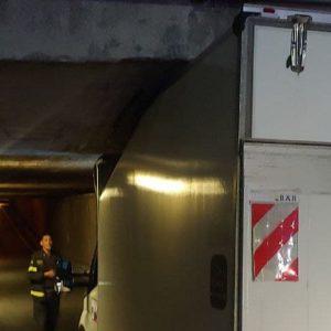 Furgoncino incastrato nel sottopasso, ennesimo caso in viale Palmanova a Udine