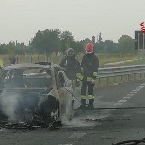 Accosta e l'auto viene avvolta dalle fiamme, paura sull'autostrada A4 a Latisana