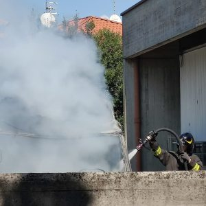Furgone a fuoco fuori dall'azienda di vini, scatta l'allarme a Feletto Umberto