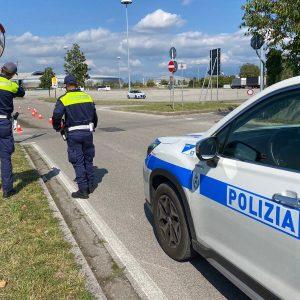 Scontro tra due auto in via Candolini a Udine, feriti e una corsia chiusa