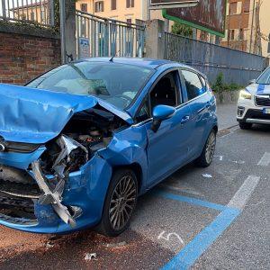 Si schianta contro un pick up parcheggiato, paura per un giovane a Udine