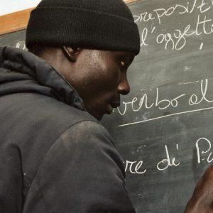 Sono in attesa del vaccino, non possono andare a scuola: la beffa subita dai ragazzi stranieri in Friuli
