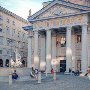 Si mette a urinare in pieno giorno in Piazza della Borsa, sanzionato a Trieste
