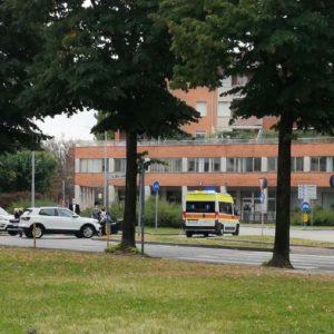 Scontro fra auto e scooter in viale Da Vinci a Udine, feriti e disagi per il traffico