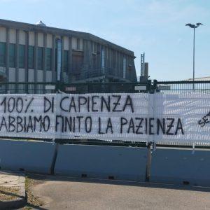 """Striscione di protesta degli ultras dell'Apu fuori dal Carnera: """"Pazienza finita"""""""