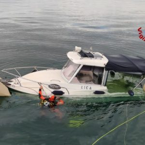 Finisce contro la diga foranea di Monfalcone e la barca va a fondo