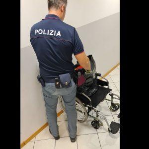 Si finge invalido in carrozzina per rubare vestiti a Udine: poi si alza e fugge