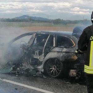 L'auto prende fuoco all'improvviso, paura a Villanova del Judrio