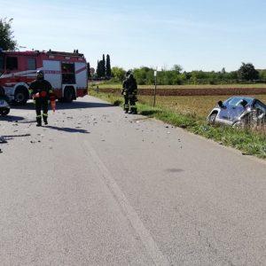 Frontale tra due auto a Palmanova, una finisce nel fosso: feriti i conducenti