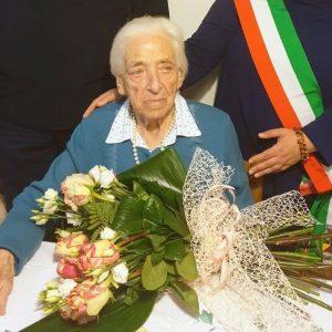 Nonna Linda compie 100 anni, festa a San Vito al Torre per la cuoca dell'asilo