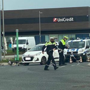 Ciclista investito da un'auto, paura sulla rotonda a Udine: disagi per il traffico