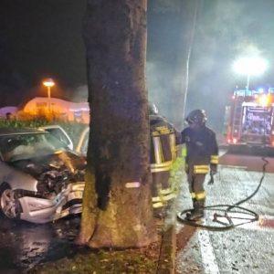 Esce di strada e si schianta su un albero, l'auto prende fuoco: soccorso in Friuli
