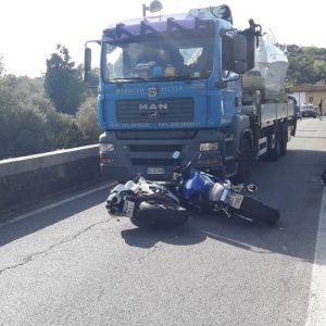 La moto finisce sotto un camion, paura per un centauro a Tarcento