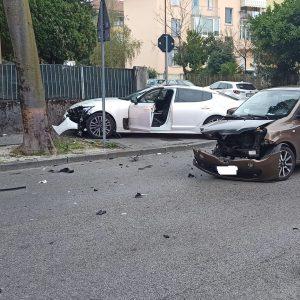 Scontro fra due auto a Udine, una finisce sul muretto: feriti e disagi per il traffico