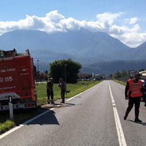 Si scontra con il camion dei vigili del fuoco a Tolmezzo, ferito portato in ospedale