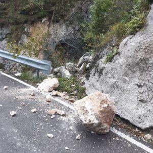 I massi precipitano sulla strada, paura sulla provinciale in Val Raccolana