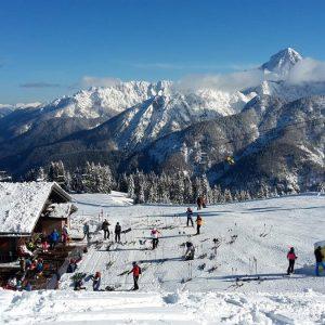 Sulle piste da sci in Friuli soltanto con l'assicurazione, l'obbligo da gennaio: cosa si rischia senza copertura
