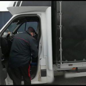 Arrestati 6 passeur in Friuli, nei loro furgoni viaggiavano stipati decine di migranti