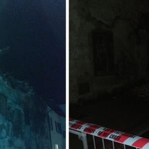 Crolla una parte del tetto di una casa storica a Pieris e finisce sulla strada